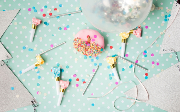 macaron rose, fond bleu, ballon transparent, décoration de fête en bleu pastel et rose, comment faire une carte d'invitation