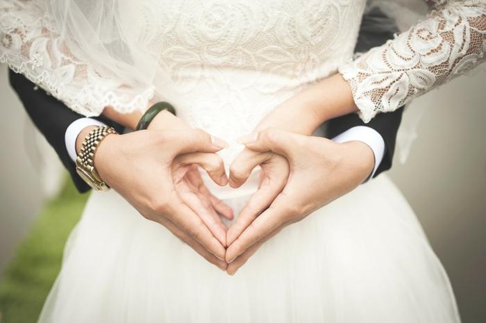 comment faire une carte d'invitation, robe blanche, dentelle aux motifs floraux, costume noir de marié
