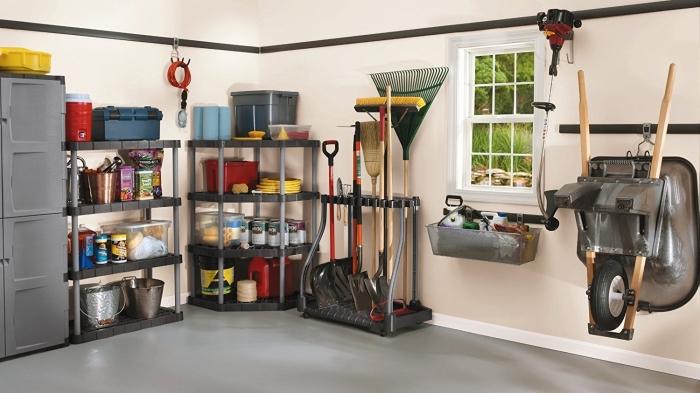 modèle etagere rangement garage, exemple comment arranger son garage avec coin de bricolage et jardinage