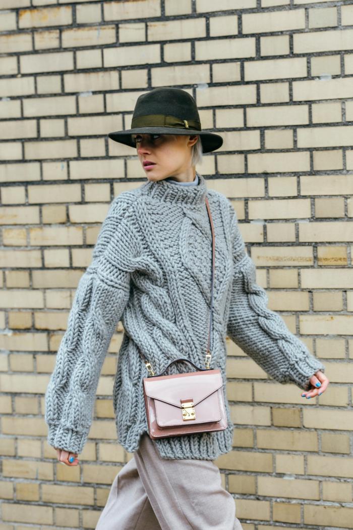 pull torsadé femme, comment porter le pull oversize, chapeau western femme, sac épaule couleur mauve, mur briques
