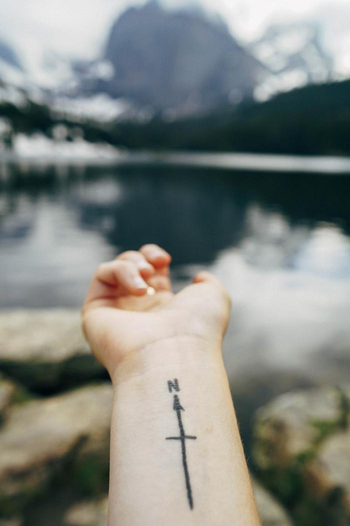 Tatouage voyage, idée tatouage minimaliste, la direction nord et une flèche pour donner le voit, style de tatouage originale dessin tatouage main