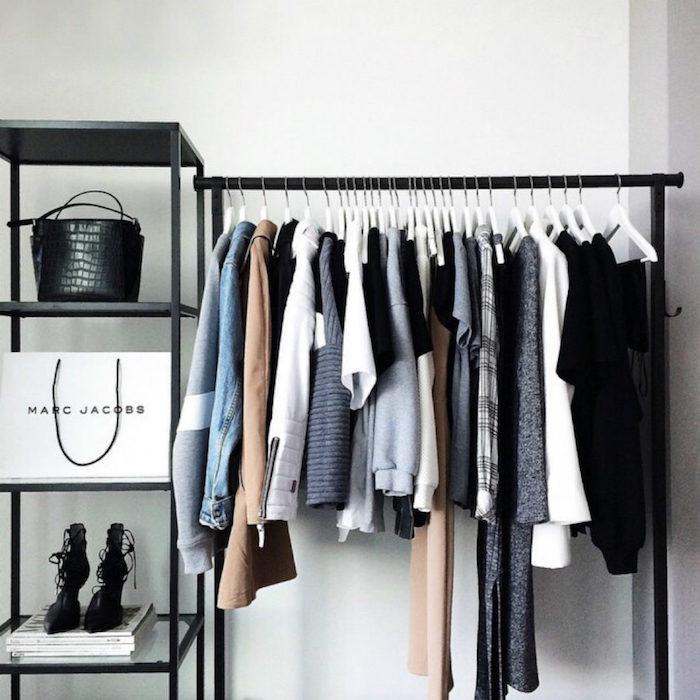 Idée déco chambre parentale, coin vetements exposition, meuble metal noir, mur blanche, meuble rangement chambre bien aménagée