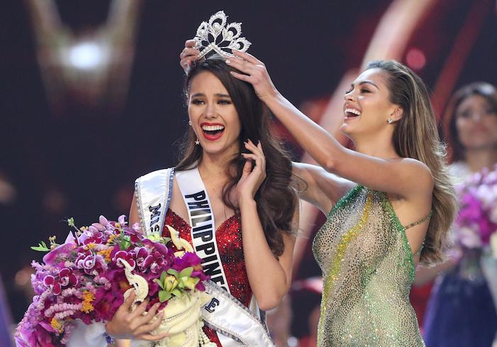 coronnation miss univers 2018 catriona gray en robe rouge scintillante, couronne miss philippines, bouquet de fleurs