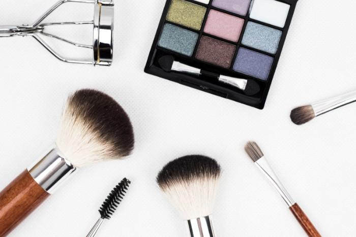 fard a paupières multicoloré, pinceau blush, idee maquillage petit prix