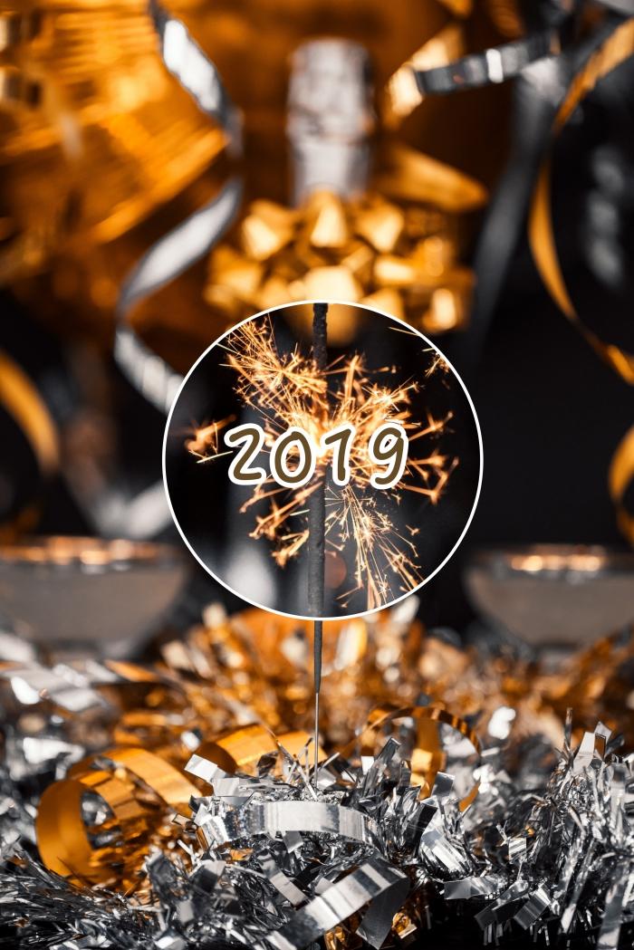 magnifique photo de célébration avec bouteuille de champagne et cotillons pour 2019, idée fond d'écran iphone nouvel an
