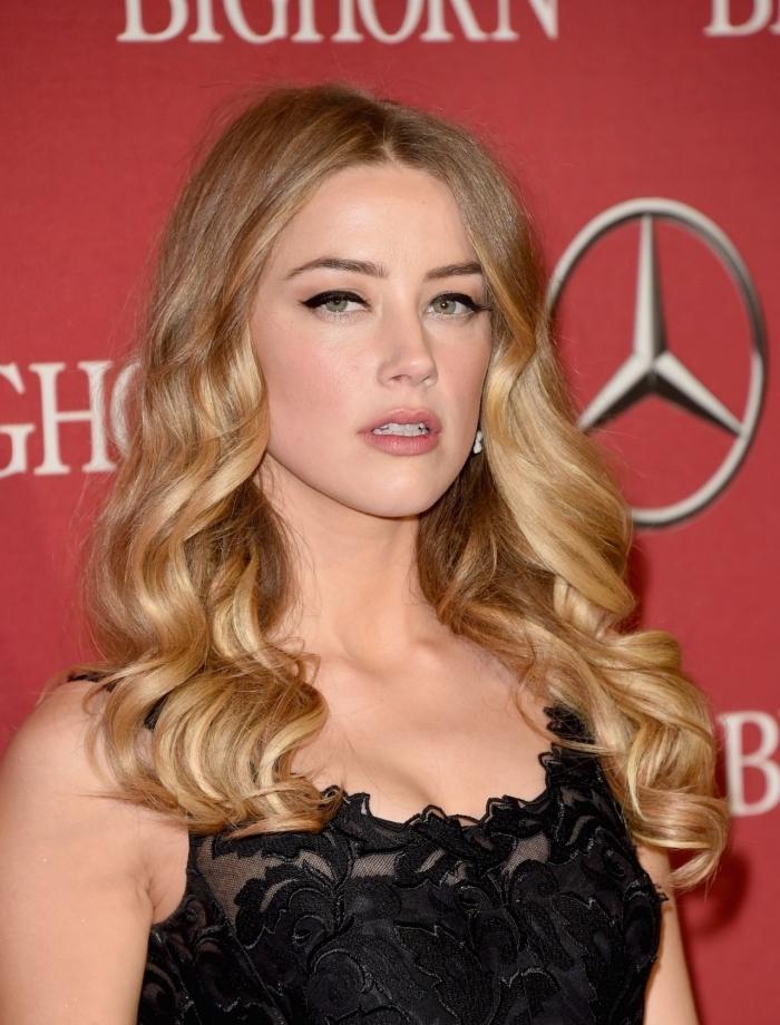 balayage blond naturel sur brunette avec meche blonde, idée coiffure romantique avec boucles, couleur cheveux blond foncé