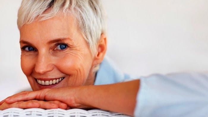 coupe pixie courte, idée de coupe de cheveux court femme 60 ans, coloration blond polaire avec racines noires