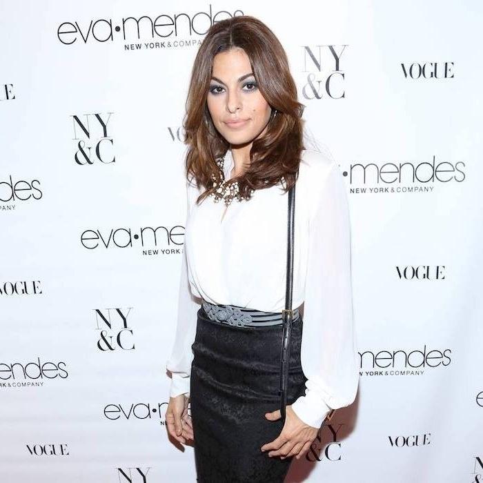 modele de coupe dégradée femme 40 ans avec des mèches plus courtes encadrant le visage, chemise blanche transparente et jupe noire