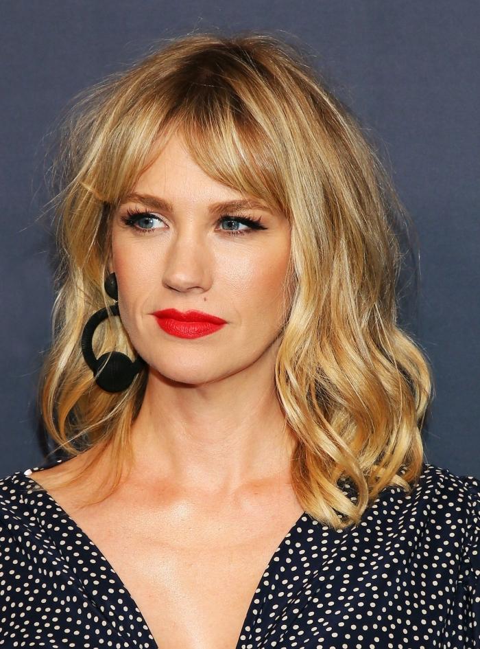 maquillage yeux bleu-gris avec eyeliner et fards à paupières doré, coiffure cheveux bouclés, mèches de couleur doré