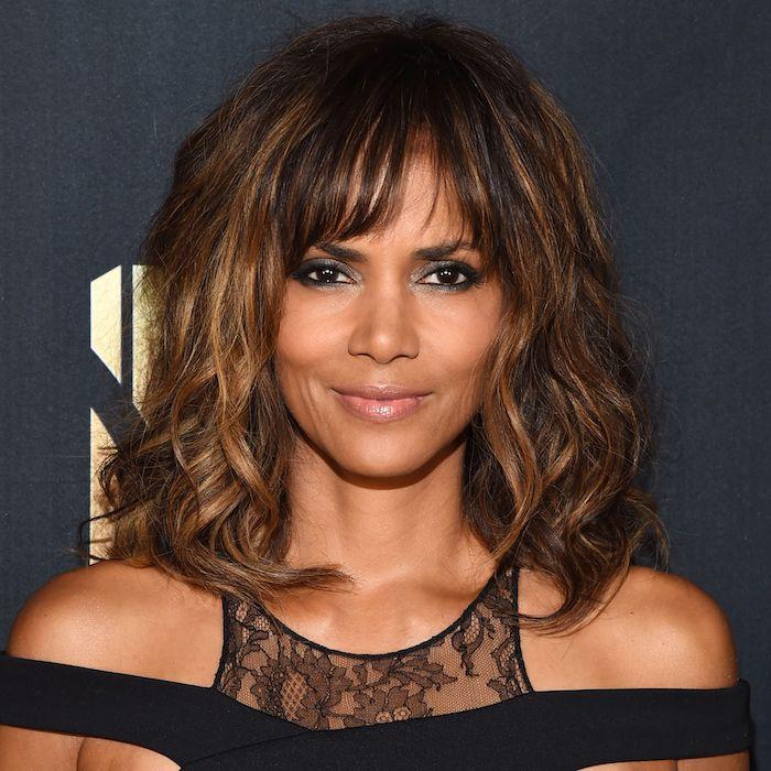 carré long ondulé, quelle coupe de cheveux femme 50 ans pour se rajeunir, frange longue et volume capillaire