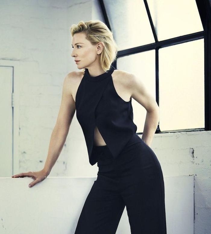 carré court plongeant sur cheveux colorés en blond platine lisses, tailleur pantalon femme couleur noire