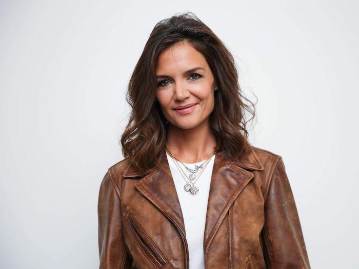carré long plongeant avec volume style décoiffé, veste en cuir marron et tee shirt blanc, katie holmes look 2018