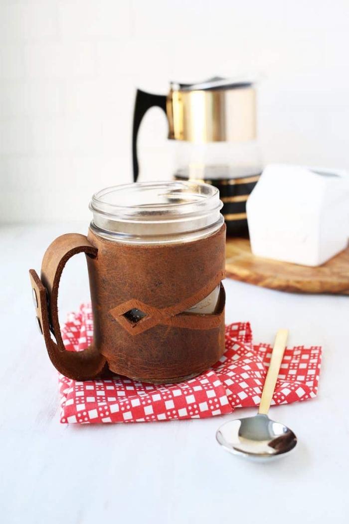 couvre-tasse en cuir à motifs découpés avec poignée à fermeture avec boutons pressions, idée cadeau homme qui aime boire du café