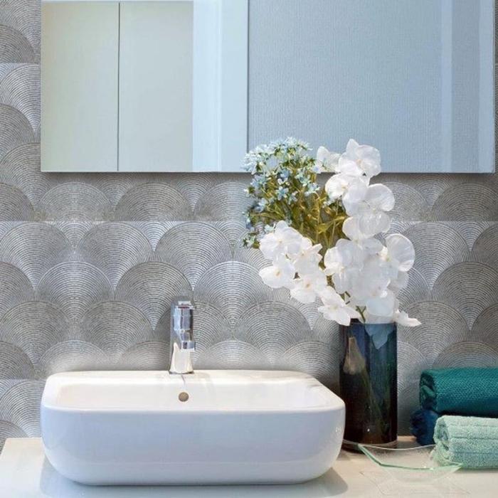 crédence adhésive à finition argentée motif japonais vagues posée derrière une vasque à poser en céramique blanche