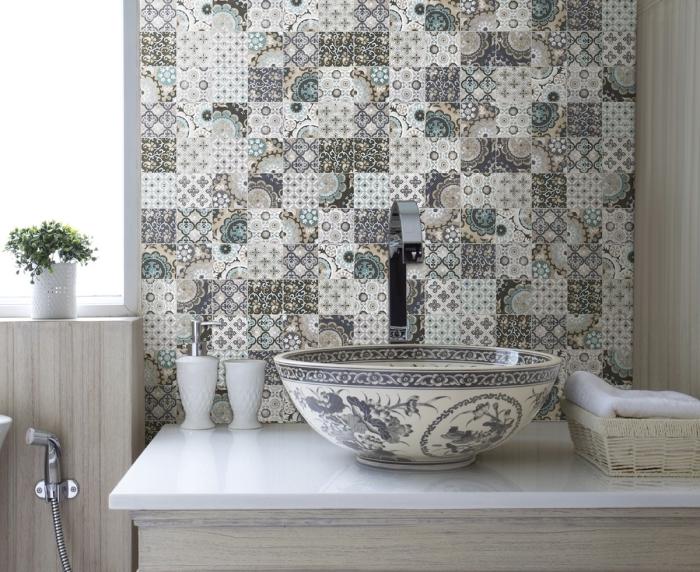 crédence imitation carreaux de ciment installé derrière une vasque ronde à poser à motifs porcelaine