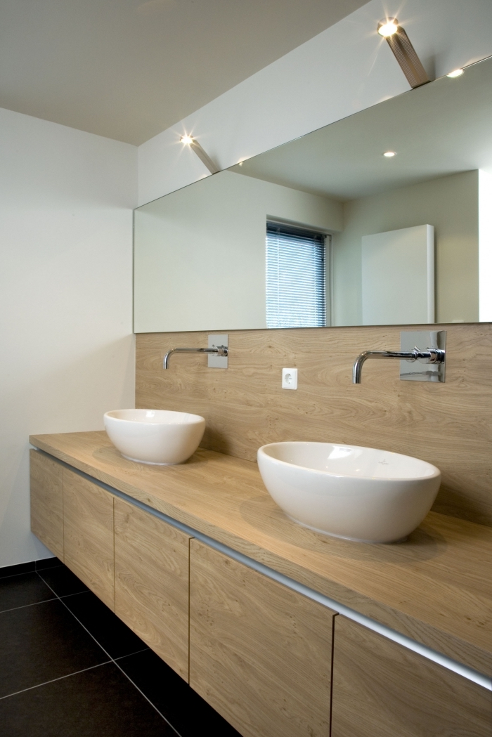 crédence de salle de bain en bois réalisée à partir du même matériau que le meuble sous vasque