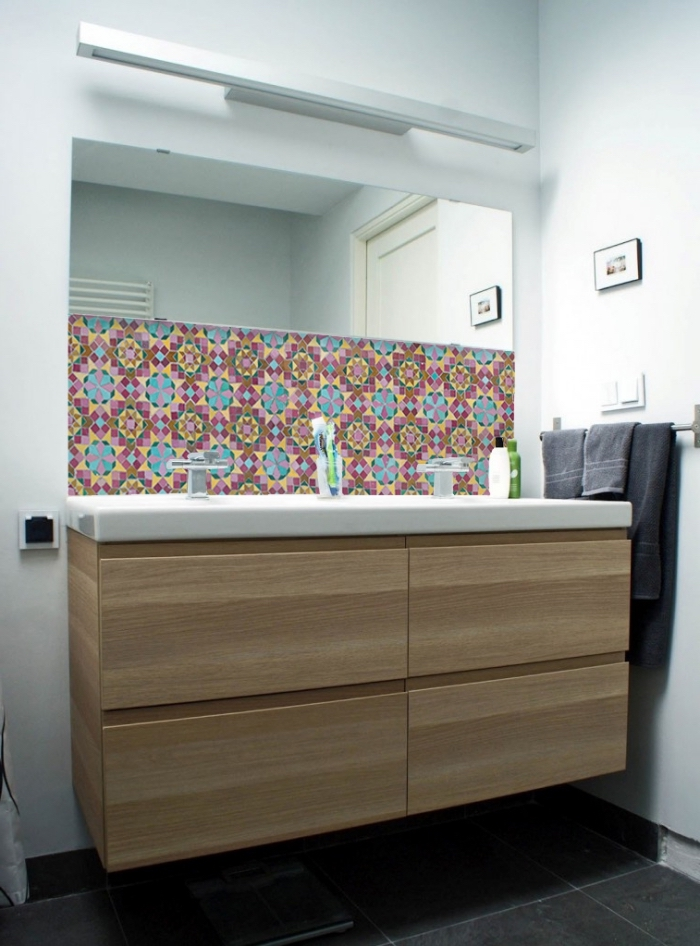 crédence adhésive imitation carreaux de ciment à motifs graphiques, panneaux d habillage pour rénover sa salle de bains