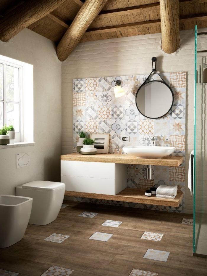 panneau mural salle de bain imitation carreaux de ciment effet patchwork en tons naturels qui s'étend sue une grande partie du mur recouvert de carrelage métro blanc, salle de bains aux accents en bois naturel