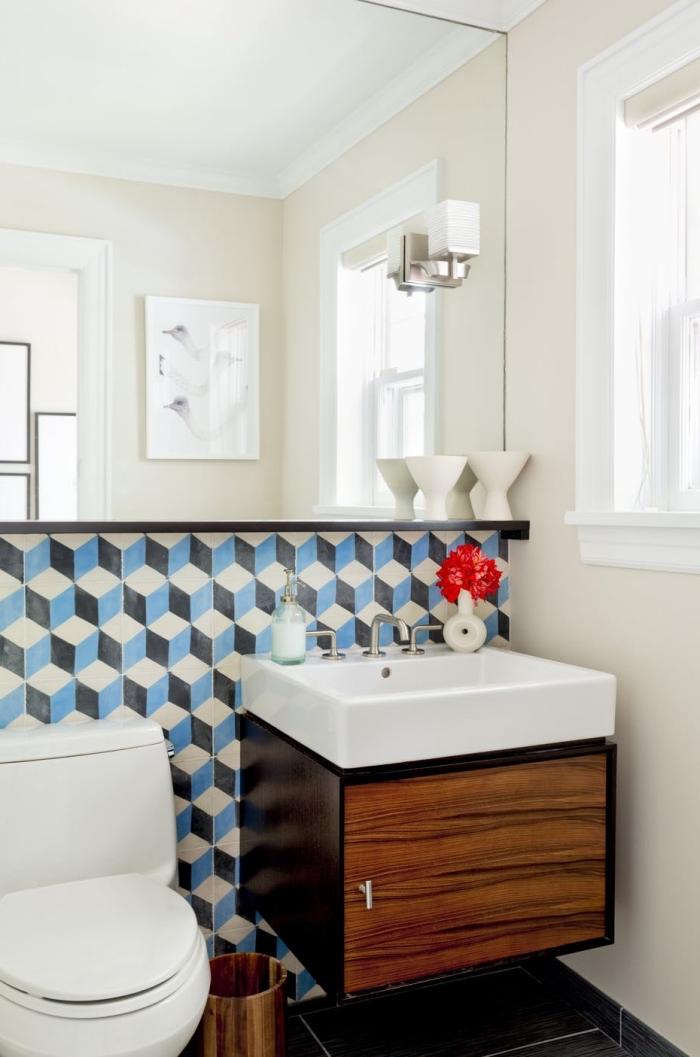 crédence imitation carreaux de ciments à motifs graphiques bordée d'une petite étagère noire panneaux d'habillage pour rénover sa salle de bains