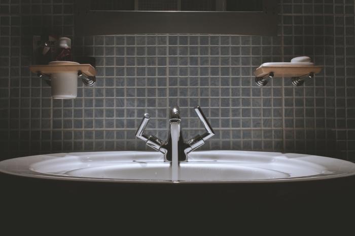 idée de revetement mural salle de bain tendance en carrelage mosaïque gris posé derrière la vasque