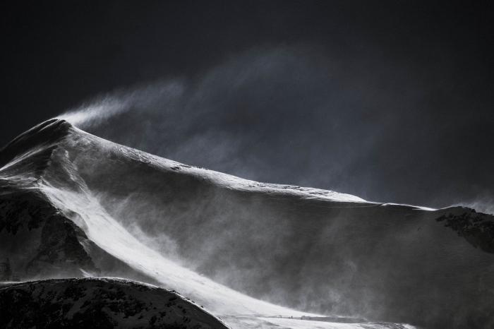 image noir et blanc poétique de crête de montagne couverte de neige avec un magnifique jeu de lumières et d'ombre