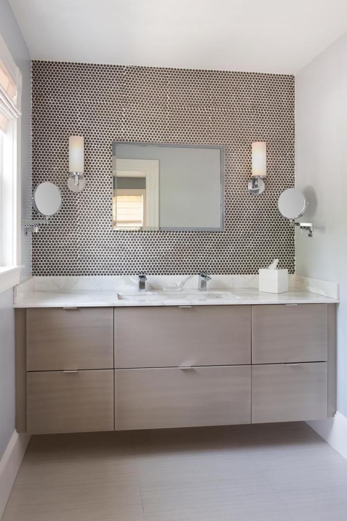 crédence tendance en carrelage mosaïque hexagonale dans la même tonalité que la façade du meuble sous vasque