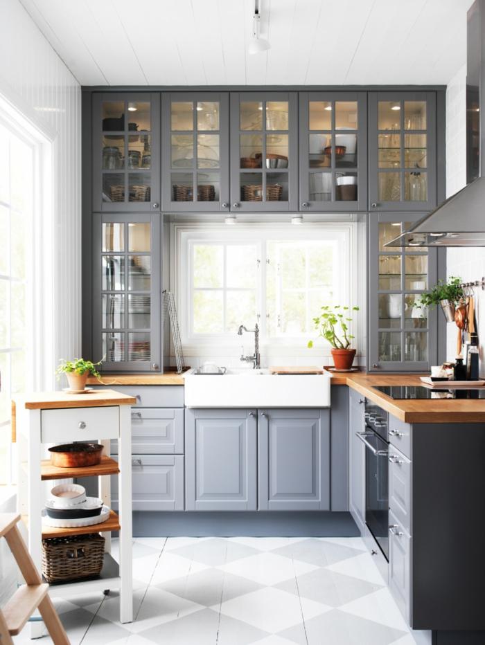 cuisine en gris et blanc, crédence carreaux blancs, comptoirs en bois, armoires vitrées suspendues