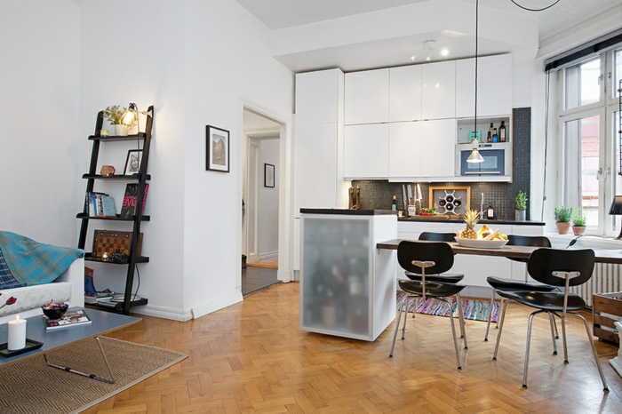 cuisine blanche et bois, chaises noires scandinaves, lampe suspendue, étagère échelle, armoires blanches