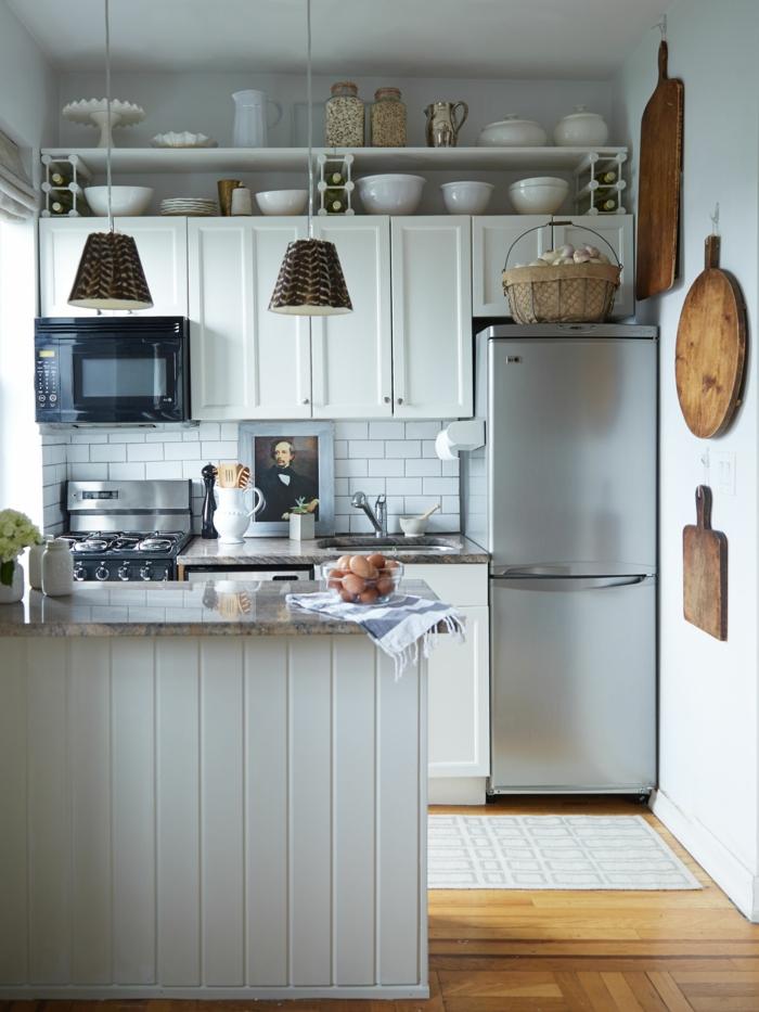 cuisine gris et blanc, planches à découper, panier rustique, étagères blanches au-dessus des armoires