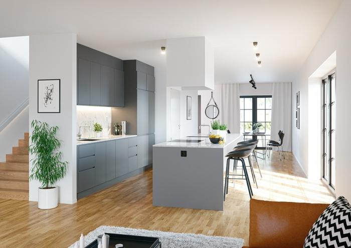 parquet de cuisine clair, îlot de cuisine gris, chaises hautes minimalistes, plante verte, placards gris anthracite