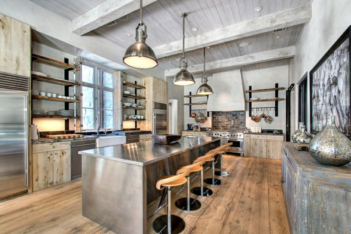 cuisine en gris et bois, sol cuisine bois chaleureux, tabourets de bar modernes, lampes usine, plafond en lattes de bois, étagères
