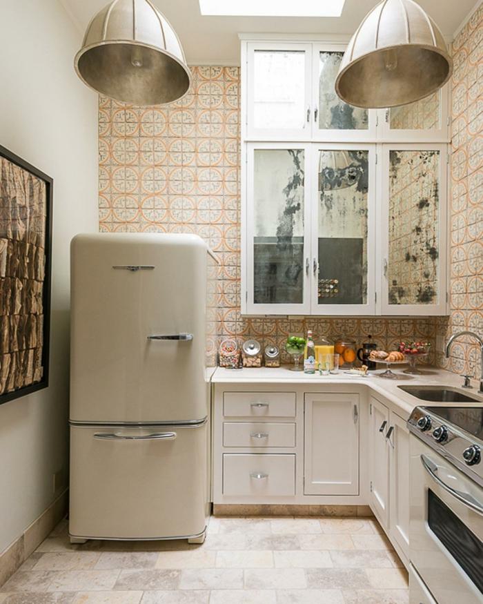 deux lampes usine grises, tiroirs blancs, frigo vintage, peinture en cadre foncé, cuisine angle