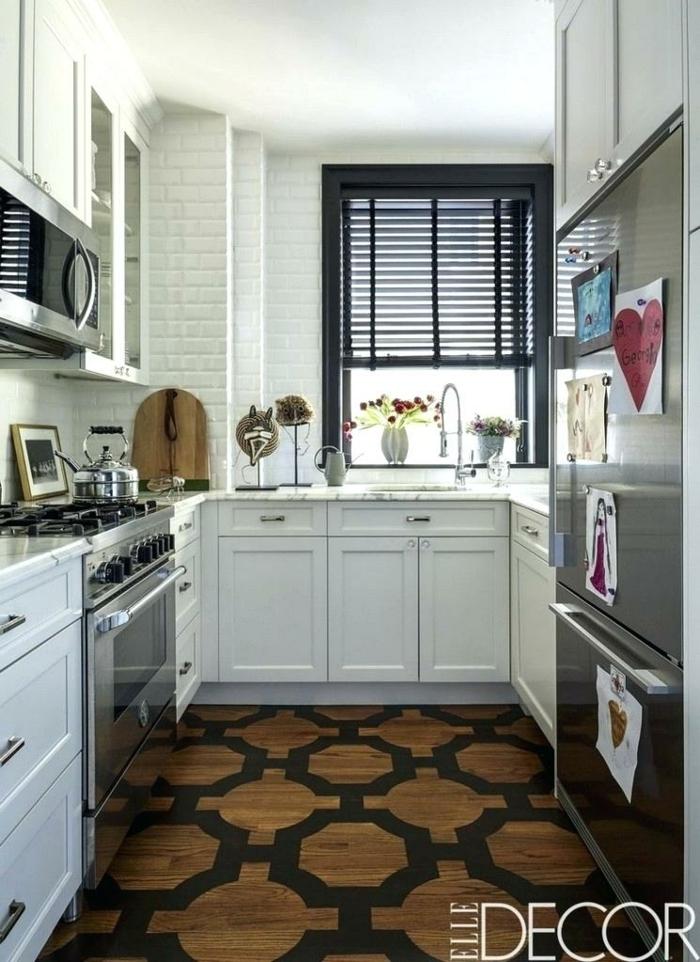 cuisine 6m2, sol géométrique, grande armoire réfrigérée, placards blancs, crédence carrelage métro