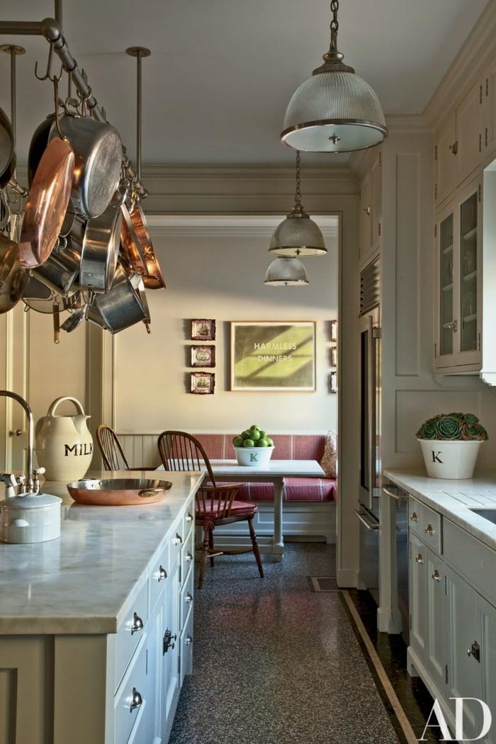 ustensiles suspendus, lampes industrielles, comptoirs marbrés, petite cuisine ikea, chaises vintage, armoires vitrées