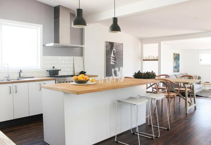 cuisine blanche, parquet chene massif, parquet pour cuisine foncé, ilot bois et blanc, lampes suspendues