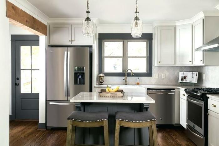 cuisine petite surface, ilot blanc carré, lampes suspendues, cuisine en L, placards suspendues blancs, parquet pour cuisine moderne