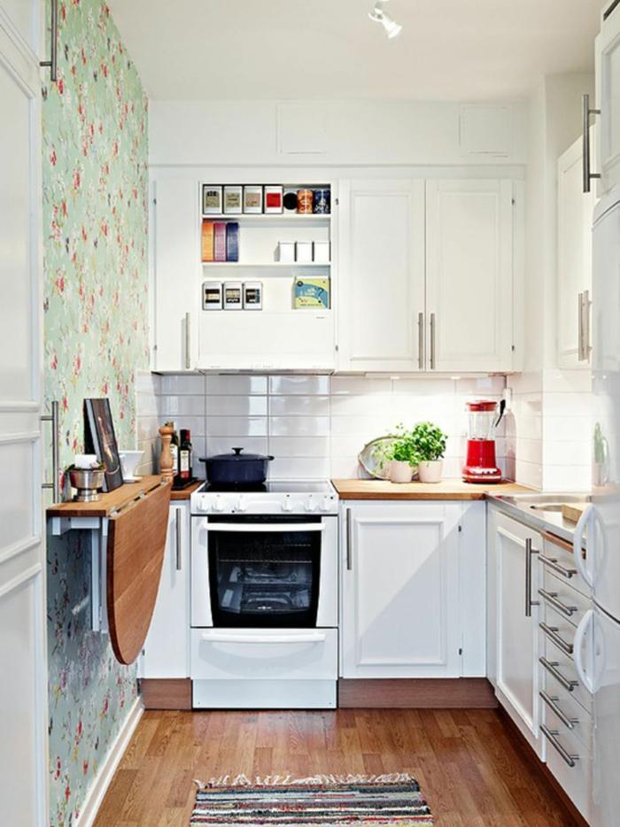 petite cuisine blanc et bois, table murale rabattable, cuisine en L, plans de travail en bois, papier peint vintage