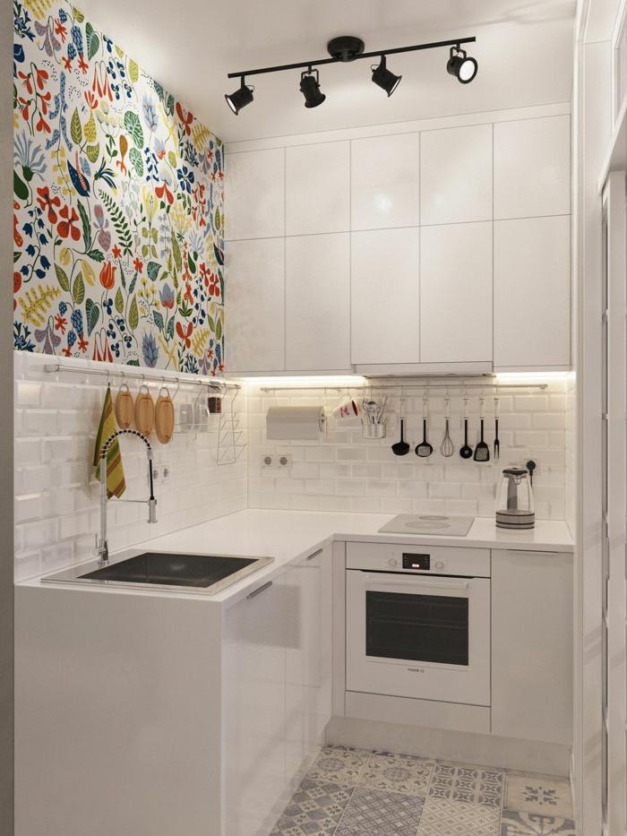 cuisine en angle, crédence carreaux métro, four encastrable, installation d'éclairage industrielle