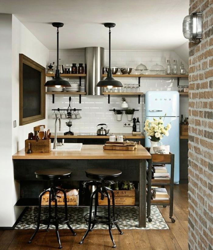 mur en briques, lampe indus en bois et fer, tabourets industrielles noirs, carrelage mural métro, lampes suspendues, mur en briques