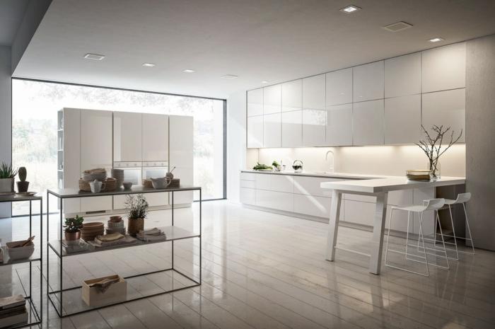 parquet flottant blanchi, table blanche et chaises, équipement blanc de cuisine, grand mur vitré