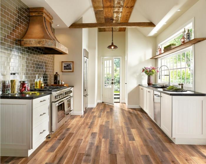 parquet de cuisine aspect chaleureux, crédence carreaux, hotte cuivrée, poutres au plafond, cuisinières rétro