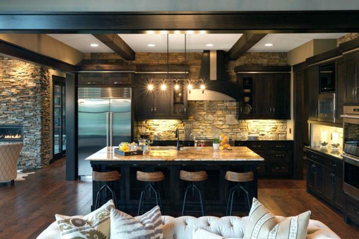 parquer de cuisine foncé, ilot noir et marbre, chaises de bar bois et fer, parement mural en pierres, sol cuisine rustique