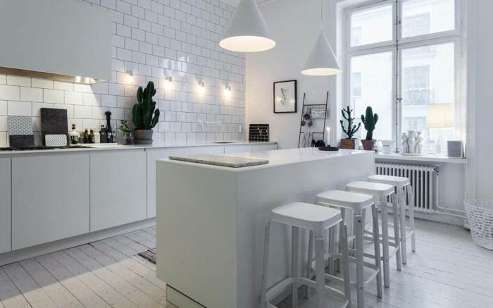 sol cuisine parquet blanchi, tabourets blancs, lampes suspendues blanches, carrelage métro, placards blancs, cactus, appliques murales