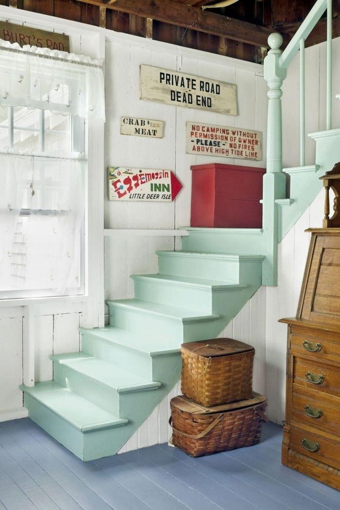 deco cage d'escalier d'esprit cabine de plage avec un joli escalier en bois peint en vert pastel lumineux et des