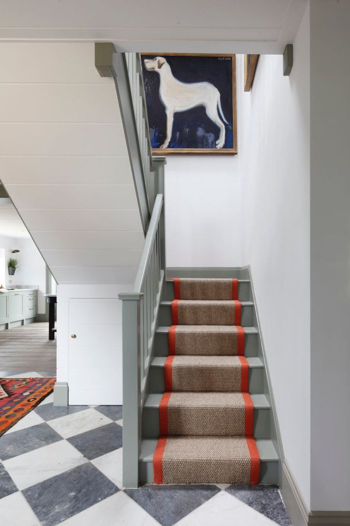 peinture escalier vert gris dynamisée par le tapis pour escalier avec bord orange,
