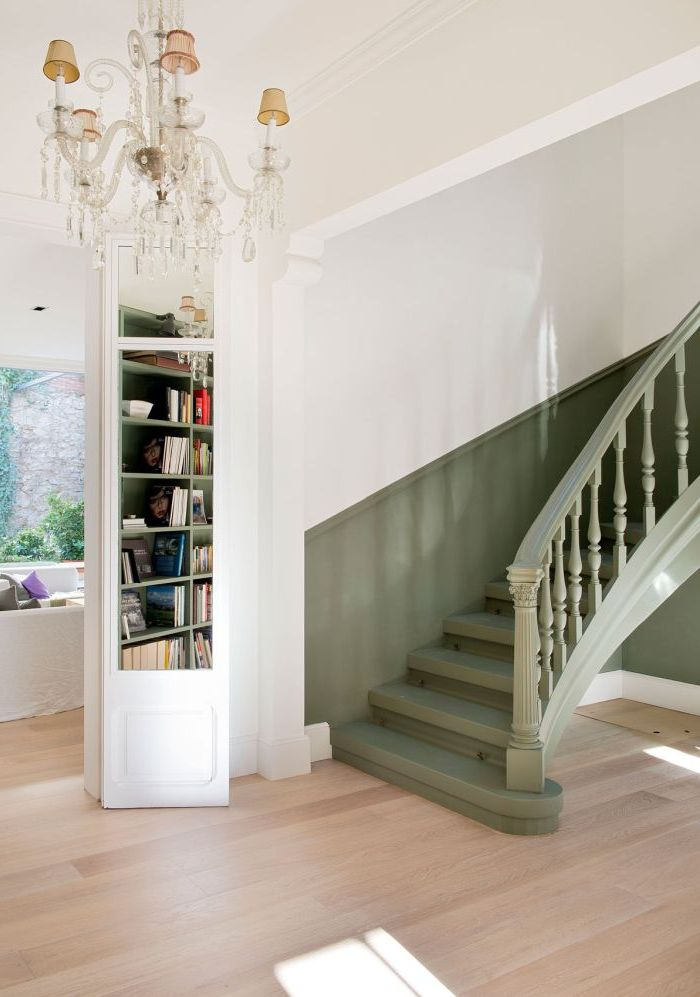 peindre une cage d'escalier en 2 couleurs pour un joli effet de peinture, escalier et soubassement du mur adjacent peints en vert kaki