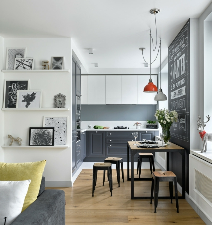 cuisine noire et blanche, tabourets industriels, lampe en bois et métal, lampes pendantes indus, étagères blanches, sofa gris