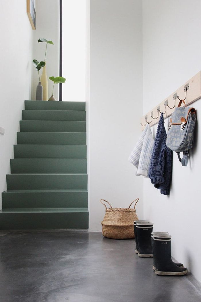 relooker un escalier avec de la peinture, une cage d'escalier monochrome de style scandinave aux marches peintes en vert amande