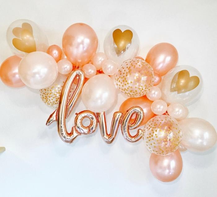 ballons gonflés décoratifs en rose et blanc, ballons au centre coeur, ballons lettres, petite décoration de ballons festifs