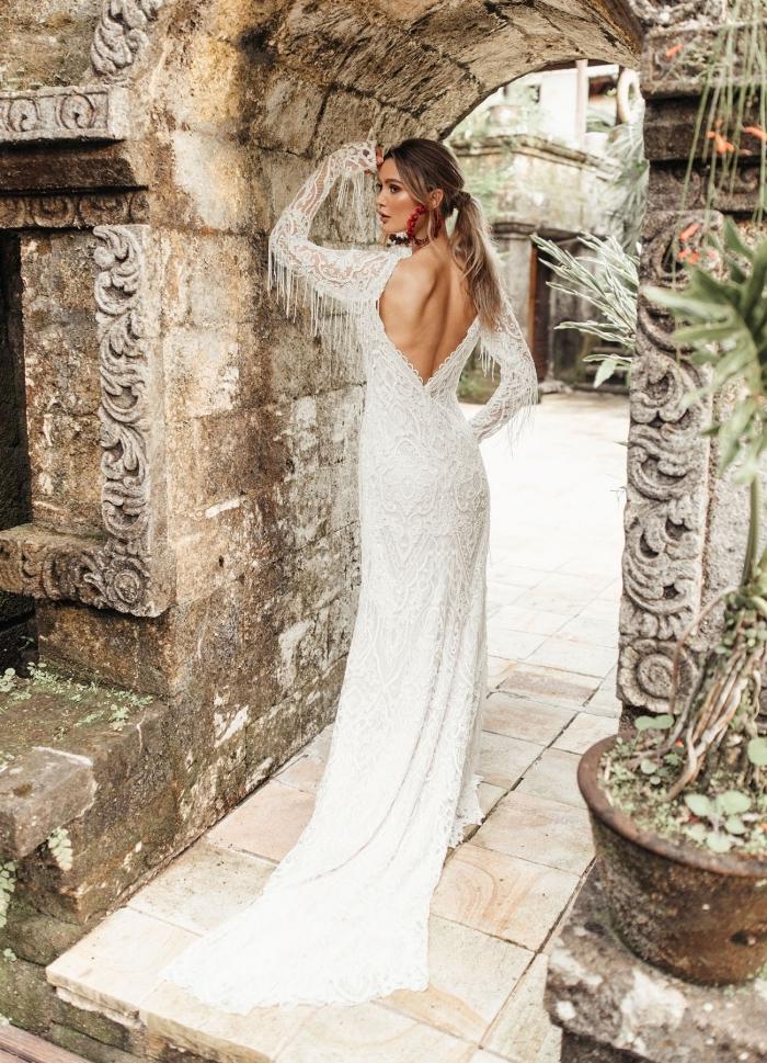 robe avec dos nu et longue traîne à motifs broderie, modèle de robe de mariée bohème avec franges sur les manches